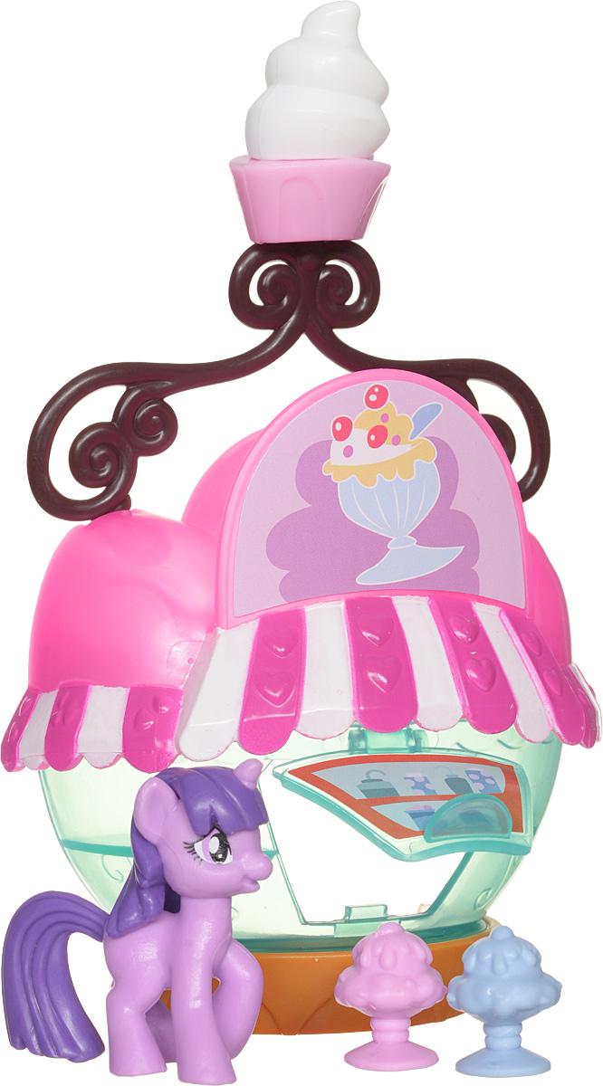 My Little Pony Набор фигурок Ice Cream StandB3597EU4_B5568Набор фигурок My Little Pony Ice Cream Stand состоит из детально проработанного кафе-мороженого, вывески для кафе в виде рожка мороженого, двух стаканчиков с мороженым и фигурки пони. Характерной особенностью набора является то, что главная героиня мультика My Little Pony изображена еще совсем юной малышкой. Она еще не является принцессой-аликорном, поэтому у нее отсутствуют крылышки. А размер фигурки чуть меньше, чем размер пони из других наборов серии Friendship is Magic Collection. Используя этот коллекционный набор, можно представлять, как пони Твайлайт Спаркл отправляется в свое любимое место уединения - кафе. Там Твайлайт очень часто заказывает молочный коктейль и читает любимые книги. Здание из набора выглядит очень здорово: оно само похоже на креманку с мороженым, а наверху есть вывеска с объемным изображением любимого десерта Твайлайт. Две порции разноцветного лакомства также входят в комплект, поэтому к Твайлайт сможет присоединиться любая фигурка из другого...