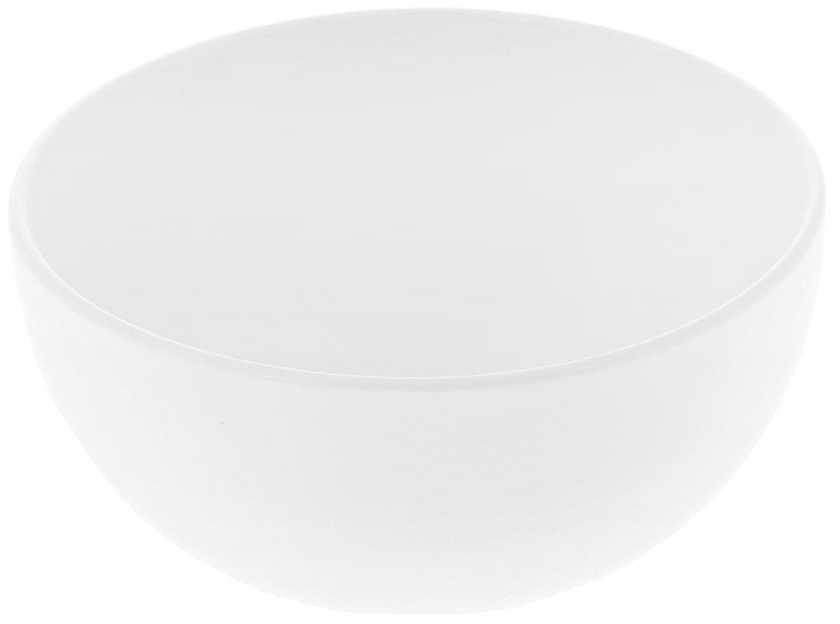 Салатник Wilmax, диаметр 11 см. WL-992564 / AWL-992564 / AСалатник Wilmax изготовлен из высококачественного фарфора с глазурованным покрытием. Материал легкий, тонкий, свет без труда проникает сквозь изделие. Посуда имеет роскошную белизну, гладкость и блеск достигаются за счет особой рецептуры глазури. Изделие обладает низкой водопоглощаемостью, высокой термостойкостью и ударопрочностью, а также экологичностью. Посуда долговечна и рассчитана на постоянное интенсивное использование. Гладкая непористая поверхность исключает проникновение бактерий, изделие не будет впитывать посторонние запахи и сохранит первоначальный цвет. Такой салатник прекрасно подойдет для подачи салатов, соусов, закусок. Он украсит ваш праздничный или обеденный стол, а оригинальный дизайн придется по вкусу и ценителям классики, и тем, кто предпочитает утонченность и изысканность. Можно мыть в посудомоечной машине и использовать в микроволновой печи.