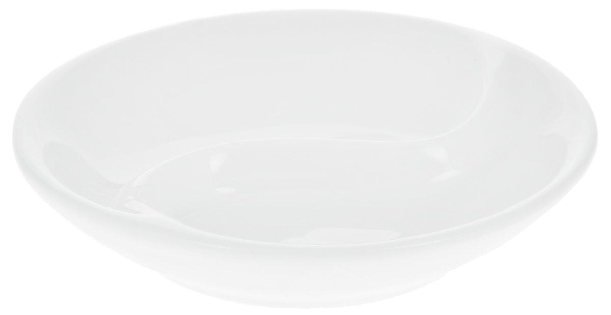 Блюдце для соуса Wilmax, двойное, диаметр 9 смWL-996049 / AБлюдце для соуса Wilmax изготовлено из высококачественного глазурованного фарфора. Материал легкий, тонкий, свет без труда проникает сквозь изделие. Имеет роскошную белизну, гладкость и блеск достигаются за счет особой рецептуры глазури. Изделие обладает низкой водопоглощаемостью, высокой термостойкостью и ударопрочностью, а также экологичностью. Гладкая непористая поверхность исключает проникновение бактерий, изделие не будет впитывать посторонние запахи и сохранит первоначальный цвет. Блюдце предназначено для подачи соусов, имеет две секции. Блюдце для соуса отлично подойдет как для повседневной жизни, так и для праздничного стола. Диаметр: 9 см. Высота: 2 см.