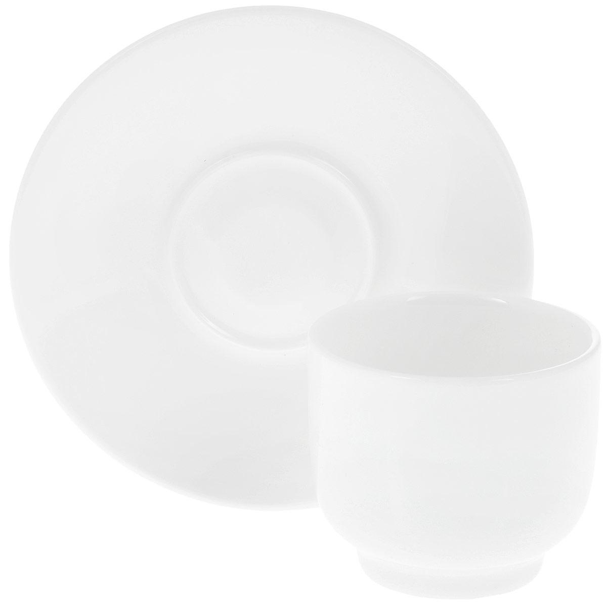 Чайная пара Wilmax, 2 предмета. WL-993021 / ABWL-993021 / ABЧайная пара Wilmax состоит из чашки без ручки и круглого блюдца, изготовленных из высококачественного глазурованного фарфора. Материал легкий, тонкий, свет без труда проникает сквозь изделия. Посуда имеет роскошную белизну, гладкость и блеск достигаются за счет особой рецептуры глазури. Изделия обладают низкой водопоглощаемостью, высокой термостойкостью и ударопрочностью, а также экологичностью. Посуда долговечна и рассчитана на постоянное интенсивное использование. Гладкая непористая поверхность исключает проникновение бактерий, изделия не будут впитывать посторонние запахи и сохранят первоначальный цвет. Чайная пара Wilmax - это функциональная, практичная и легкая в уходе посуда. Классический лаконичный дизайн дополнит сервировку вашего стола. Можно мыть в посудомоечной машине и использовать в микроволновой печи. Объем чашки: 150 мл. Диаметр чашки (по верхнему краю): 7 см. Высота стенки: 6 см. Диаметр блюдца: 13 см.