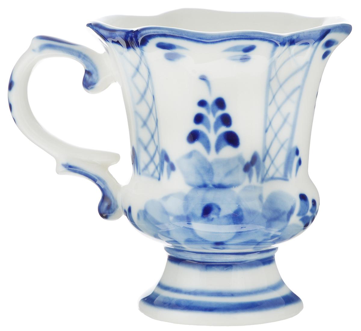 Чашка Идиллия, 100 мл. 993052001993052001Чайная чашка Идиллия выполнена из высококачественного фарфора. Изделие оформлено легкой росписью, которая сочетает простые линии и орнаменты с красивыми цветочными узорами. Расписанное изделие окунают в белую глазурь и обжигают в печи при температуре около 1400°C. После обжига глазурь становится прозрачной, изделие приобретает глянцевый блеск и твердость, а рисунок проявляется во всей своей красе, играя оттенками цвета от нежно-голубого до глубокого синего. Гжель - один из традиционных российских центров производства керамики и известный народный художественный промысел России. Производят изделия в Московской области, в обширном районе из 27 деревень, называемых Гжельский куст. Профессиональные мастера сохраняют традиции росписи и создают истинные шедевры. Ей характерна изящная роспись в синих тонах на белом фоне. Традиционными считаются изображения птиц, цветов и узоров. Обращаем ваше внимание, что роспись на изделии сделана вручную. ...