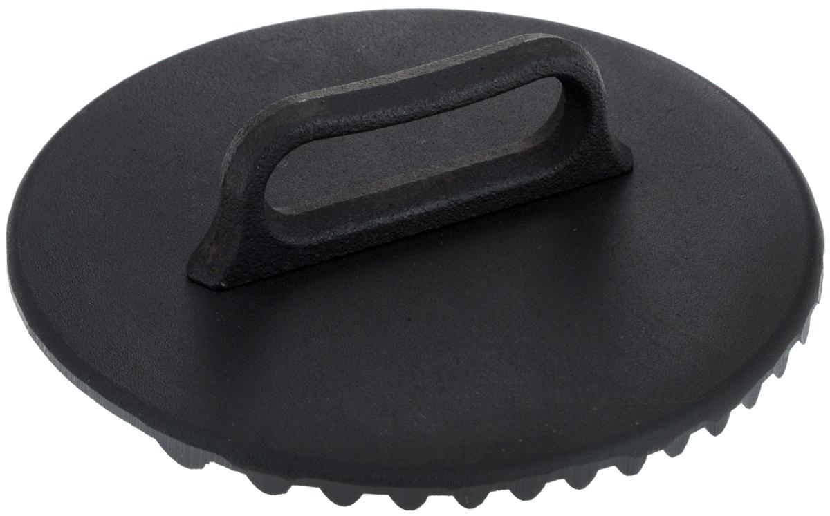 Крышка-пресс для гриля Добрыня. Диаметр 24 смDO-3338Крышка-пресс для гриля Добрыня изготовлена из качественного чугуна с рельефной поверхностью. Мясо в процессе жарки на гриле имеет свойство загибаться. Крышка-пресс решает эту проблему: тонкие полоски бекона, средние и большие куски мяса будут идеально приготовлены и сохранят первоначальную форму. Аксессуар обладает достаточным весом и хорошо прижимает продукт к сковороде, не давая ему деформироваться во время приготовления. Такая крышка также незаменима при приготовлении цыпленка табака. Крышка-пресс для гриля - практичная вещь в хозяйстве, которая поможет вам приготовить вкуснейшие блюда на гриле.