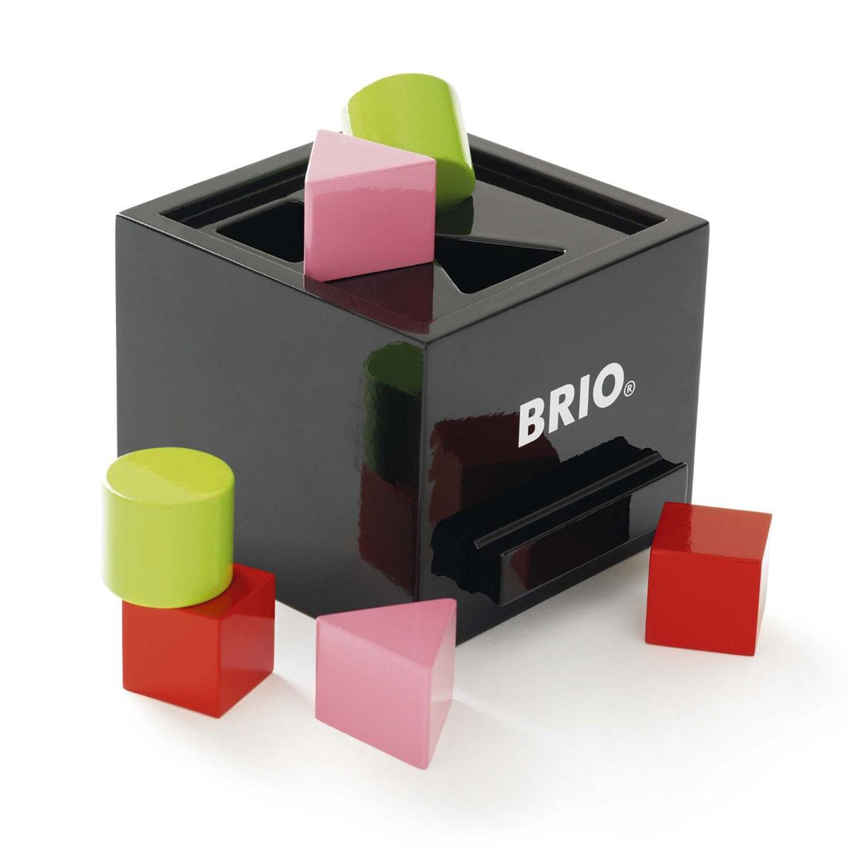 Brio Сортер30144Сортер Brio позволит вашему малышу изучить и понять основные геометрические формы. С помощью сортера с кубиками, ребенок научится различать фигуры и цвета, а также узнает как выглядят треугольник, круг и квадрат. Весело и задорно малыш будет собирать элементы в сортер. Играя с сортером, дети улучшат моторику, развивают мышление и координацию рук. Замечательная, высококачественная, развивающая игрушка для вашего маленького чада.
