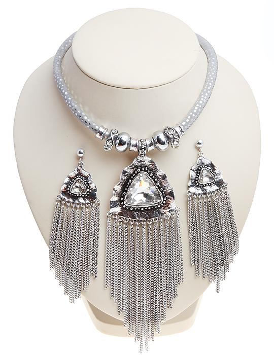Комплект Стелла: колье и серьги-пусеты. Крупные прозрачные кристаллы, шнурок из искусственной замши, бижутерный сплав серебряного тона. Гонконг, 2000-е гг.10059561Комплект Стелла: колье и серьги-пусеты. Крупные прозрачные кристаллы, шнурок из искусственной замши, бижутерный сплав серебряного тона. Гонконг, 2000-е гг. Размер: Ожерелье: длина 40 - 48 см, регулируется за счет застежки-цепочки. Серьги: 11.0 x 3.0 см. Сохранность отличная, изделие новое.