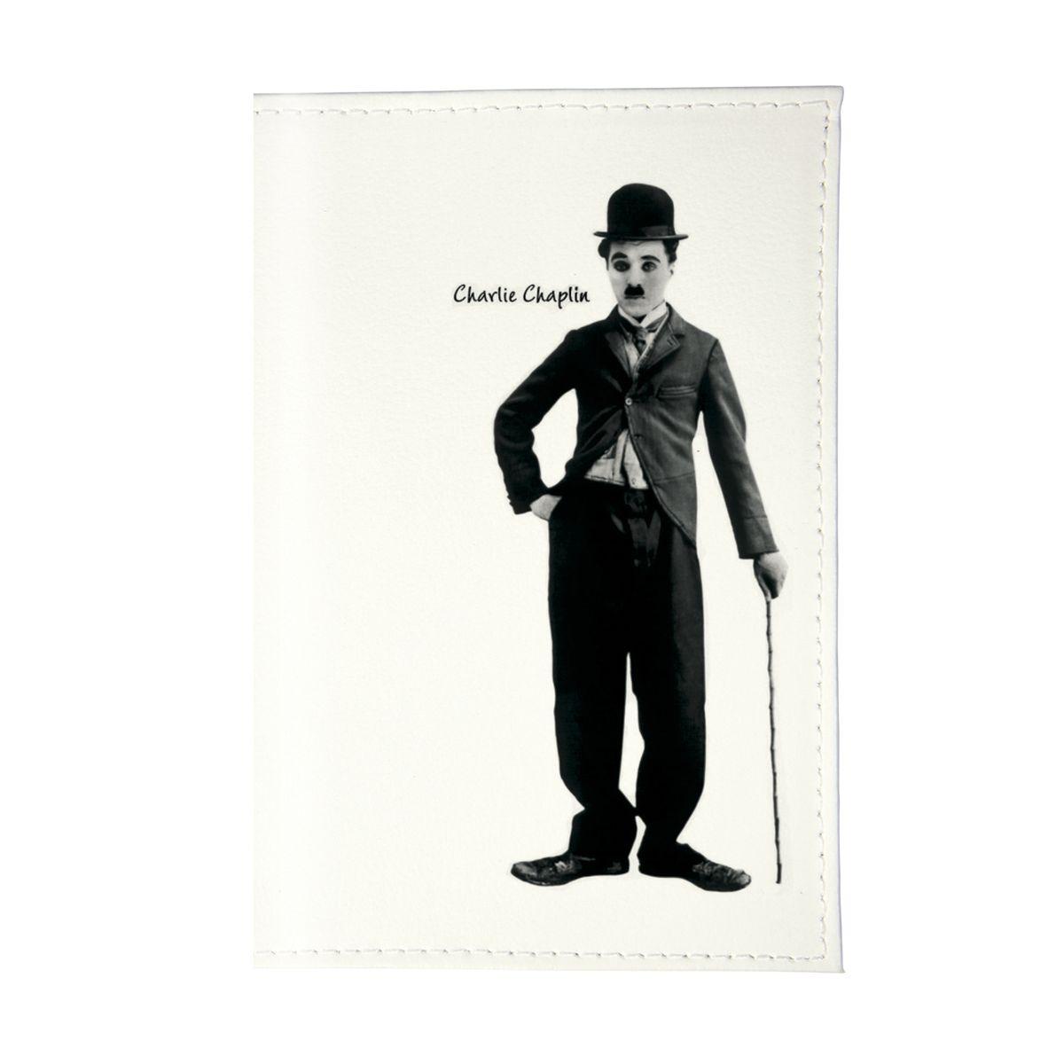 Обложка для паспорта Чарли Чаплин. OZAM075OZAM075Стильная обложка для автодокументов Mitya Veselkov не только поможет сохранить внешний вид ваших документов и защитить их от повреждений, но и станет стильным аксессуаром, идеально подходящим вашему образу. Она выполнена из ПВХ, внутри имеет съемный вкладыш, состоящий из шести файлов для документов, один из которых формата А5.