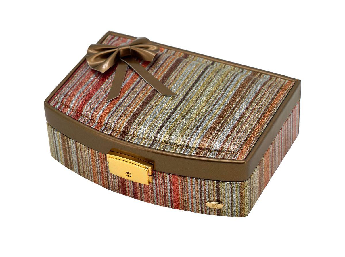 Шкатулка для украшений Jardin DEte, мини, цвет: бронзовый, золотистый. P6092P6092Одним из необходимых аксессуаров на туалетном столике любой женщины являются шкатулки для украшений. Шкатулки JARDIN DETE — идеальны для хранения драгоценностей, а также других мелких вещей .Современные формы, дизайн, отделка, разнообразие цветовых решений не оставят равнодушной ни одну модницу. Коллекция шкатулок для ювелирных украшений включает в себя более двадцати моделей, представленных в различных цветовых решениях. Особенности: основное отделение, съемное отделение (3 секции, держатели для колец), карман на резинке, зеркало.