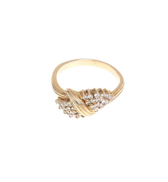 Кольцо Императрица. Бижутерный сплав золотого тона, кристаллы Swarovski. США, 1980-е годы399-393_45495Кольцо Императрица. Бижутерный сплав золотого тона, кристаллы Swarovski. США, 1980-е годы. Размер кольца 18. Сохранность очень хорошая.
