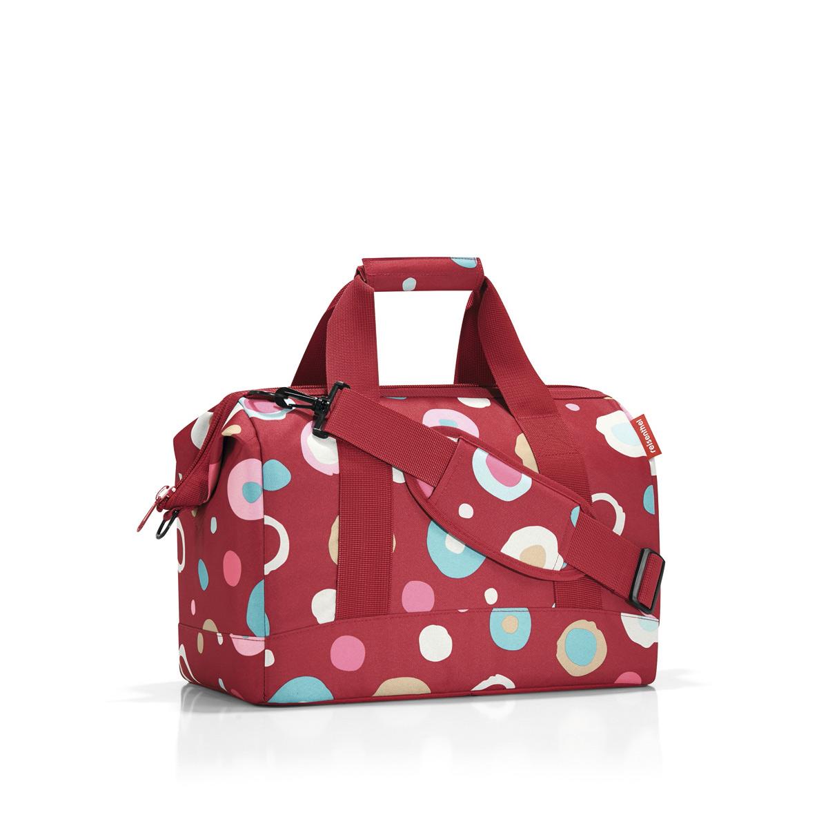 Сумка женская Reisenthel Allrounder M funky dots 2, цвет: красный. MS3048MS3048Сумка хоть куда - и в путешествие, и в спортзал. Вместит все, от носков до пиджака. Приятные объемные стенки и дно создают силуэт, напоминающий старинные врачебные сумки. Застегивается на молнию, плюс внутрь встроены металлические скобы, фиксирующие ее в открытом состоянии. Внутри 6 кармашков для организации вещей. Две удобные ручки и ремень регулируемой длины позволяют носить сумку так, как вам удобно. Объем - 18 литров.