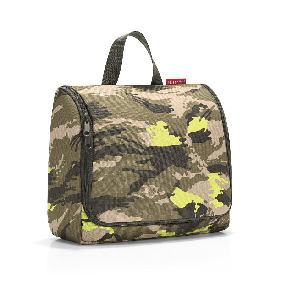 Сумка-органайзер женская Reisenthel Toiletbag XL camouflage, цвет: зеленый, бежевый. WO5034WO5034Объемная сумка-органайзер, очень удобная в поездках, а также в ванной или гардеробной: вмещает все необходимое и позволяет хранить мелочи в идеальном порядке. - внутри сумки - 1 основное отделение и 4 кармана. Еще 2 кармана на молнии расположены на крышке с внутренней стороны; - специальный крючок позволяет подвесить органайзер в развернутом состоянии, облегчив доступ к косметике и аксессуарам; - съемное зеркало можно прикрепить к специальной липучке; - объем – 6 литров.