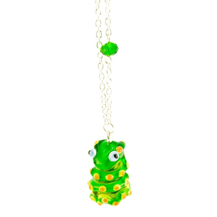 Кулон Змеюшка (Lampwork) Ручная авторская работаАРТ.PD0136Материал: стекло, металл, кристаллы. Цвет: зеленый, желтый. Высота кулона: 2,5 см. Автор: Ольга Букина. Это маленькая, толстенькая и ласковая змейка. Как и все маленькие существа, она очень серьезная и мудро смотрит на свою улыбающуюся хозяйку, прикорнув на ладони. Скоро она проснется, будет снова пулей носиться между чашек, россыпи печенья, на столе прячась за салфеткой. Напившись молока из блюдечка - успокоено дремать, принюхиваясь к сладким запахам пирожков. Пребывание в коробке с украшениями противопоказано - она удирает оттуда, стоит оставить ее лишь на несколько минут. Она спешит к той, которую любит, к той, которая получила ее в черной коробочке с мягкой подложкой, к своей хозяйке которая балует ее вниманием и согревает в руках, успокаивая и защищая.