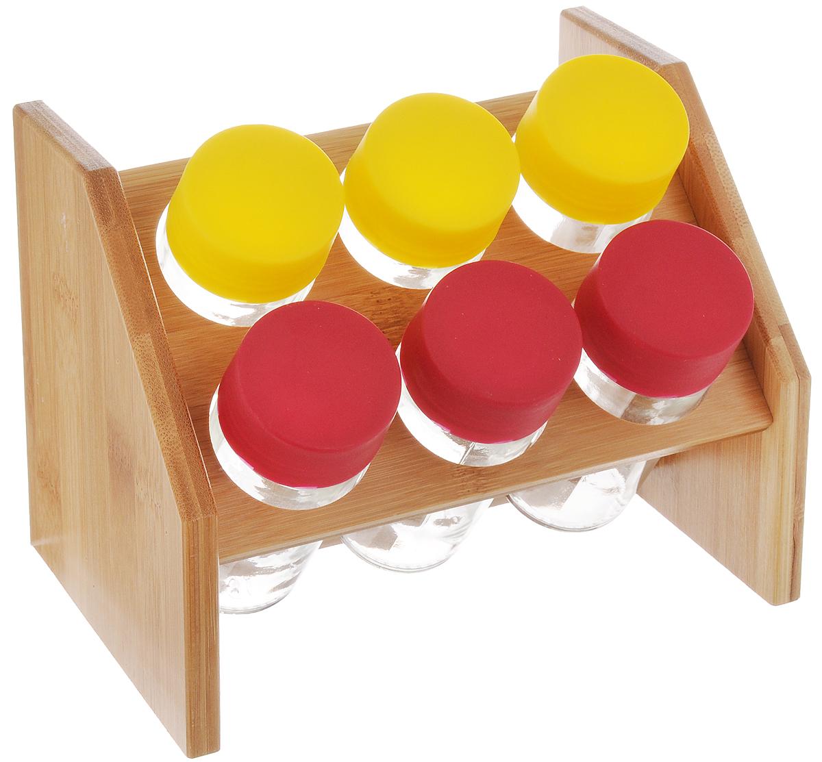 Набор для специй Mayer&Boch, цвет: желтый, малиновый, 7 предметов23260_желтый,малиновыйНабор для специй Mayer & Boch включает 6 баночек для специй, расположенных на бамбуковой подставке, благодаря чему емкости не потеряются и всегда будут у вас под рукой. Емкости выполнены из высококачественного стекла и снабжены цветными пластиковыми крышками. Герметичное закрытие обеспечивает самое лучшее хранение. Баночки можно наполнять любыми используемыми вами специями. Модный, элегантный и яркий дизайн набора украсит интерьер вашей кухни. Наслаждайтесь приготовлением пищи с вашим набором баночек для специй. Объем баночки: 100 мл. Размер баночки: 4 х 4 х 10 см. Размер подставки: 18 х 14 х 13 см.