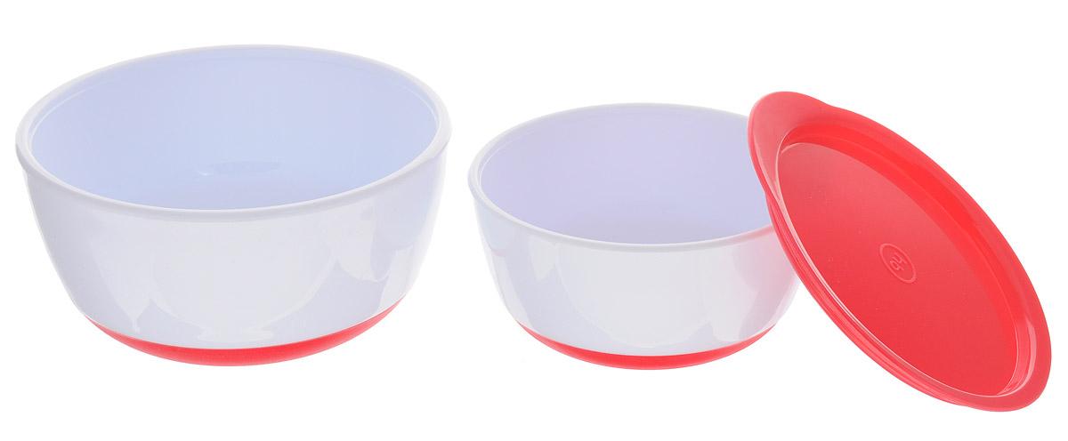 Happy Baby Набор детских тарелок с крышкой цвет красный15025 REDНабор детских тарелок Happy Baby включает в себя две тарелки и крышку. Глубокие тарелки отлично подойдут для ребенка от 6 месяцев, сделав процесс кормления приятным и комфортным. Благодаря герметичной крышке на маленькой тарелке ее можно взять с собой. Удобно для хранения продуктов. Нескользящее дно тарелочек предотвращает от случайного падения и проливания. Не содержит бисфенол А.