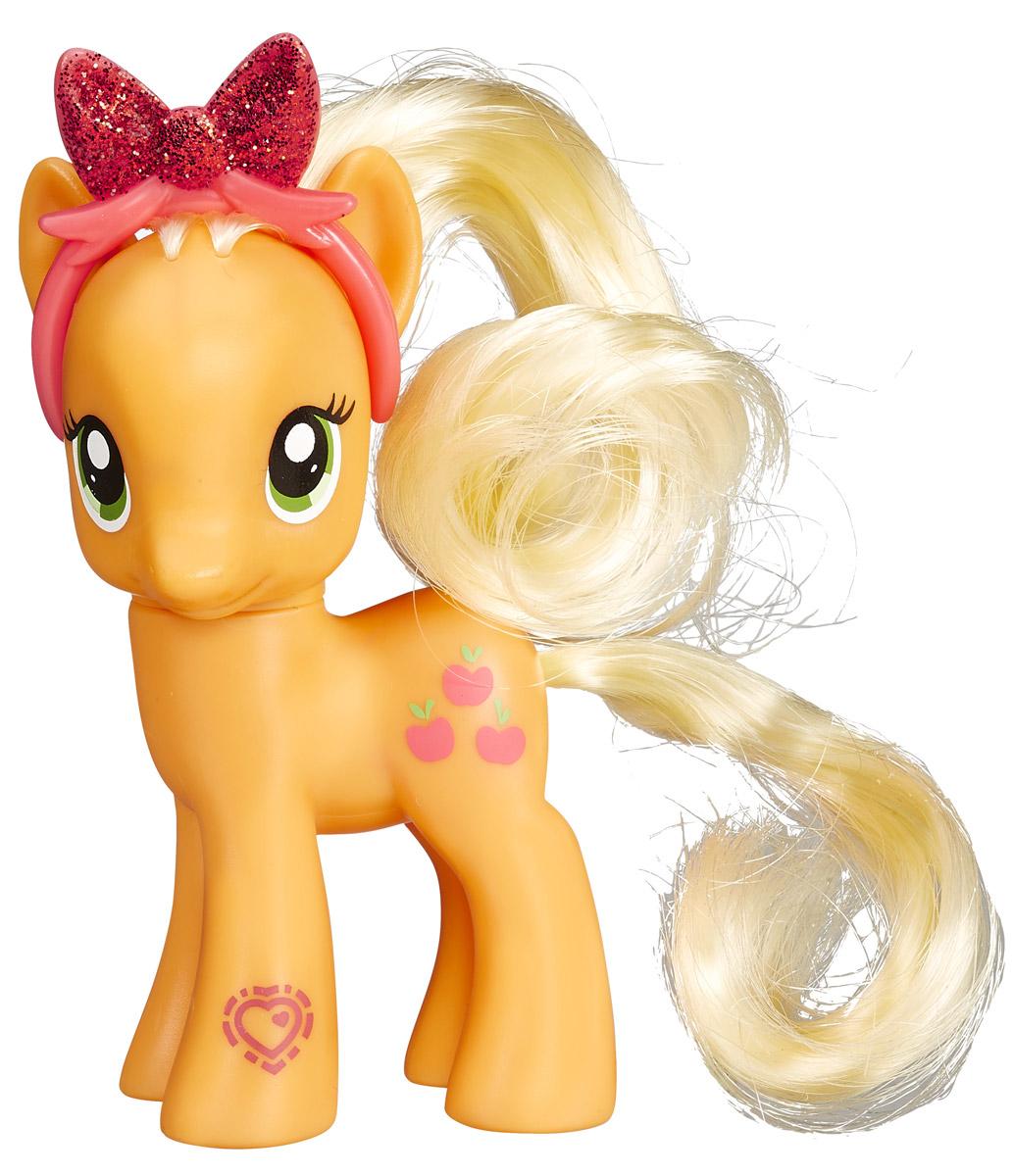 My Little Pony Фигурка Пони Эппл ДжекB3599EU4_B4815Фигурка My Little Pony Пони Эппл Джек привлечет внимание вашей малышки! Фигурка выполнена из прочного пластика в виде красавицы пони Эппл Джек с яркими гривой и хвостом. Головка фигурки подвижна. Малышка пони неповторима и отмечена уникальными символами, находящимися у нее на боках. Отличительный знак появляется на пони, когда она понимает, что чем-то непохожа на остальных. Знак отличия Эппл Джек - яблочки. Шикарные волосы пони можно расчесывать, создавая новые прически. Вашей принцессе понравится играть с фигуркой и воссоздавать сцены из любимого мультсериала. Порадуйте ее таким замечательным подарком!