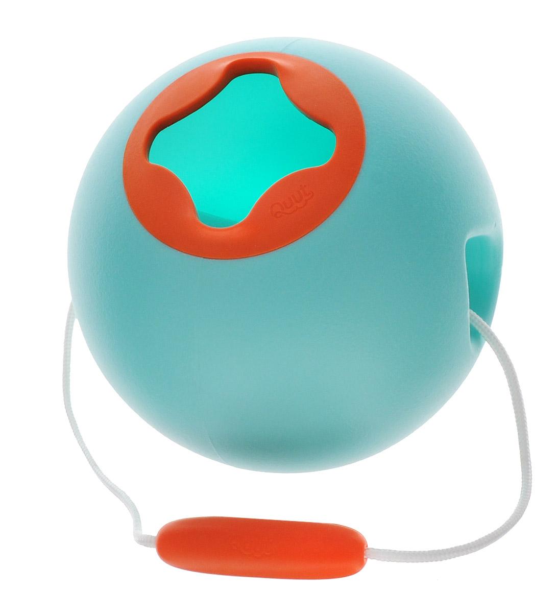 Quut Ведерко для воды Ballo цвет голубой170129Ведерко для воды Quut Ballo может и не похоже на ведерко, но дети будут его использовать именно так. Умный, современный дизайн и мягкая на ощупь отделка позволяют маленьким рукам без усилий заполнить его водой, побежать с ним по пляжу и легко вылить. Его сферическая форма невероятно устойчива, а значит, вода почти не проливается. Никогда раньше не было так весело носить воду к песочному замку!