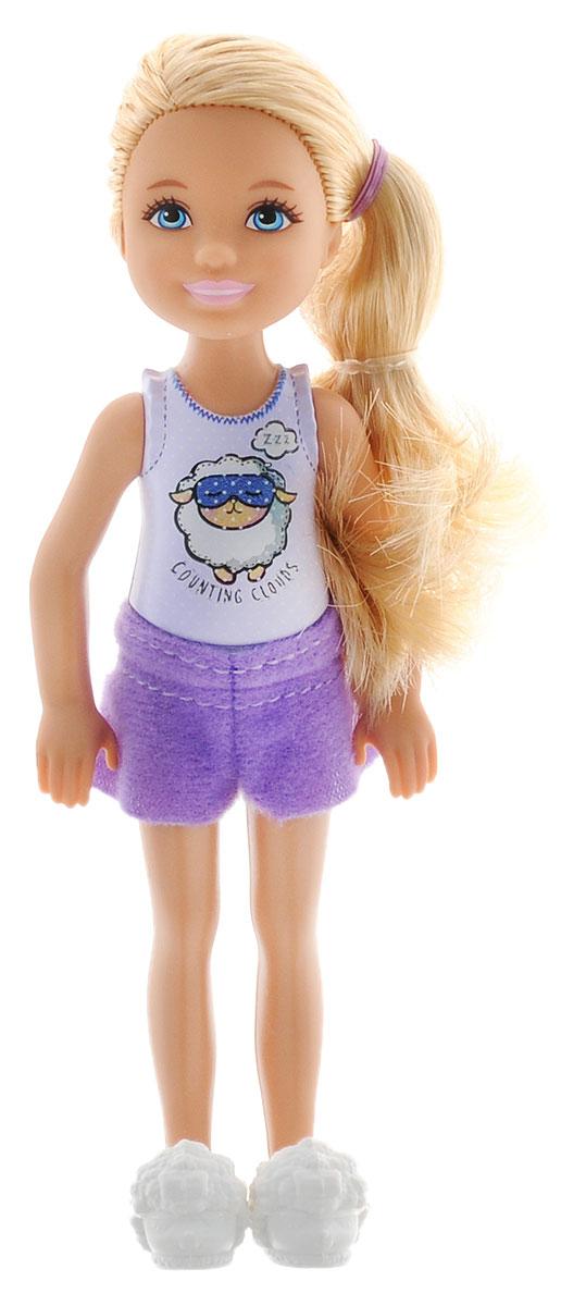 Barbie Мини-кукла Челси цвет одежды фиолетовый светло-сиреневыйDGX40_DGX34Мини-кукла Barbie Челси порадует любую девочку и надолго увлечет ее. Малышка Челси одета в маечку (не снимается) и текстильные шорты. На ногах у куколки одеты милые домашние тапочки белого цвета. Вашей дочурке непременно понравится расчесывать и заплетать длинные светлые волосы куклы, придумывая разнообразные прически. Руки, ноги и голова куклы подвижны, благодаря чему ей можно придавать разнообразные позы. Куклы, пожалуй, самые популярные игрушки в мире. Девочки обожают играть с ними, отправляясь в сказочную страну грез.