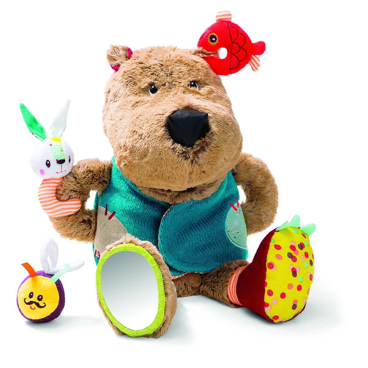Lilliputiens Развивающая игрушка Медвежонок Цезарь86784Нажми на мордочку Цезаря, и медвежонок зарычит: он очень проголодался! Скорее накорми его: положи ему в пасть рыбку, зайчика или... шмеля... Они, конечно же, слишком юркие и не дадут себя проглотить! Смотри как они дразнят медвежонка, повиснув у него на жилете.