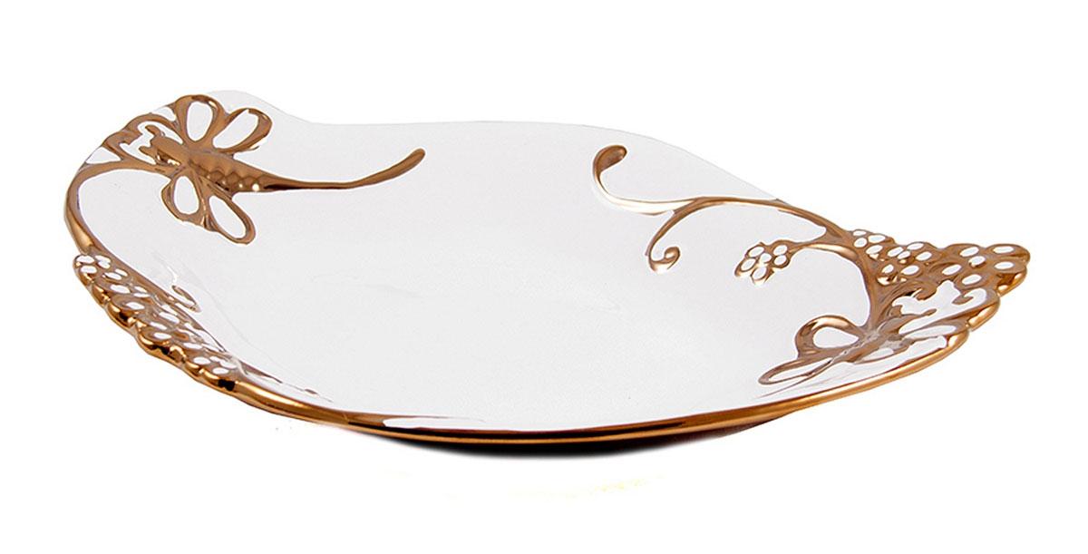 Блюдо декоративное Русские Подарки, диаметр 35 см. 114108114108Декоративное блюдо Русские Подарки, изготовленное из керамики, прекрасно подойдет для подачи нарезок, закусок и других блюд. Изделие украсит сервировку вашего стола и подчеркнет прекрасный вкус хозяйки. Не рекомендуется применять абразивные моющие средства. Не использовать в микроволновой печи. Размер блюда: 35 х 26 см.