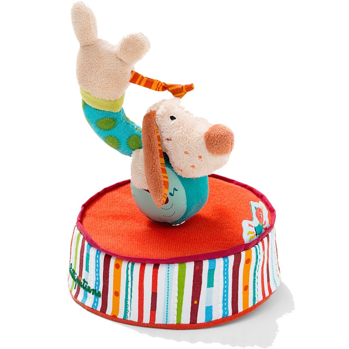 Lilliputiens Игрушка заводная Собачка Джеф86568Очаровательная собачка Джеф - это заводная игрушка для самых маленьких. Собачка Джеф готова исполнить прекрасный номер - танец на шаре под красивую мелодию. Для этого просто необходимо повернуть игрушку по часовой стрелке.Такая собачка развлечет ребенка днем и поможет успокоиться перед сном. Игрушка развивает цветовое восприятие ребенка, мелкую моторику рук и внимание.