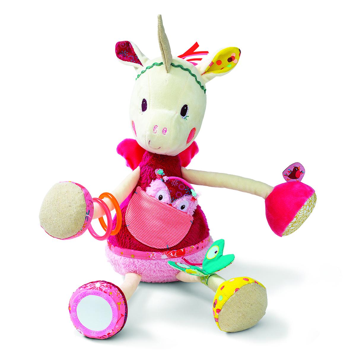 Lilliputiens Развивающая игрушка Единорожка Луиза86779С развивающей игрушкой Lilliputiens Единорожка Луиза ваш малыш не соскучится! Луиза наклонила голову и ищет - где же спрятался совенок... слышите? С этой замечательной единорожкой можно сделать столько всего интересного: покусать браслетики, поиграть с бабочкой-шуршалкой, разглядывать себя в зеркальце! А если потрясти Луизу за ботиночек, то можно услышать уханье совы. Яркая игрушка поможет ребенку в развитии цветового и звукового восприятия, концентрации внимания, мелкой моторики рук, координации движений и тактильных ощущений.