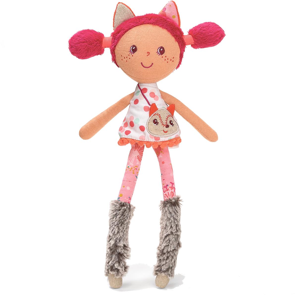 Lilliputiens Кукла Алиса86743Открой прелестную коробочку, расписанную яркими красками леса, и познакомься с куклой Алисой — маленькой кокеткой в костюме лисички. Заостренные ушки, меховые ботиночки и золотистая сумочка — Алиса уже готова отправиться с тобой на лесную прогулку.