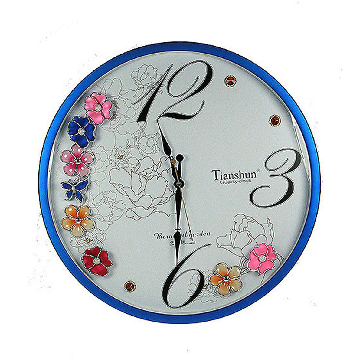 Часы настенные Русские Подарки, диаметр 48 см. 148115148115Настенные кварцевые часы Русские Подарки изготовлены из пластика. Циферблат защищен стеклом. Корпус оформлен цветами и стразами. Часы имеют три стрелки - часовую, минутную и секундную. С обратной стороны имеется петелька для подвешивания на стену. Изящные часы красиво и оригинально оформят интерьер дома или офиса. Также часы могут стать уникальным, полезным подарком для родственников, коллег, знакомых и близких. Часы работают от батареек типа АА (в комплект не входят).