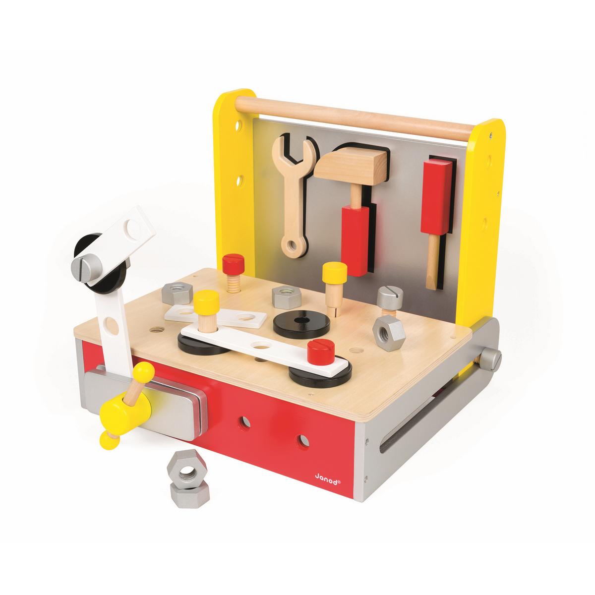 Janod Игрушечный набор Мастерская 25 предметовJ06489Игрушечный набор Janod Мастерская - это прекрасная развивающая игрушка для мальчишек. В набор входят деревянно-магнитные инструменты: молоток, гаечный ключ, отвертка. А также деревянные болты различных форм и соединительных планок. В составе изделий нет токсичных и пагубных веществ, что делает продукцию безвредной для детей. Набор состоит из 25 элементов. Игра с таким набором стимулирует развитие ребенка на многих уровнях: развитие навыков, учит терпению и концентрации, развивает воображение и социальные навыки, заставляя их проигрывать сценки, которые имитируют поведение взрослых. Переносной набор-чемоданчик Мастерская - это прекрасный выбор для ребенка и его родителей.