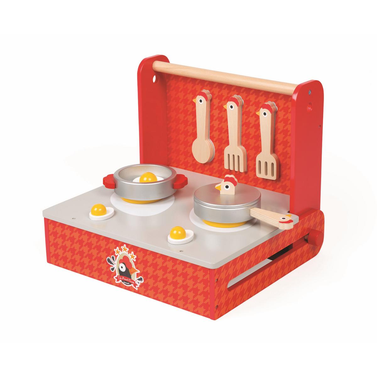 Janod Игрушечная переносная кухня Курочка 10 предметовJ06547Игрушечная переносная кухня Janod Курочка - великолепный подарок для вашего ребенка. Набор представляет собой переносной вариант игрушечной кухни, который можно взять с собой и в гости, и на дачу. Кухня оборудована плитой на две конфорки, кухонными приборами, посудой и муляжами еды. Все элементы набора выполнены из высококачественного материала и окрашены безопасными для ребенка красками. Имеются магнитные сцепления некоторых элементов. С помощью этого набора ваш ребенок сможет научиться правильно обращаться с кухонными принадлежностями. Порадуйте его таким замечательным подарком!