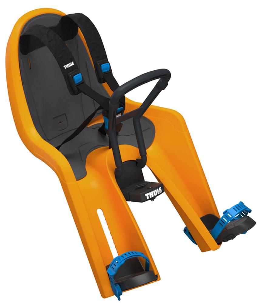 Детское велосипедное сидение на раму Thule Ride Along Mini, цвет: оранжевый100105Позволяет вашему ребенку взглянуть на мир по-новому! Это переднее сидение для ребенка с интуитивно-понятной конструкцией обеспечит вам и вашему ребенку безопасные и приятные поездки. Мягкие ремни безопасности с надежным регулируемым 5-точечным креплением обеспечивают максимальный комфорт и безопасность для ребенка. Регулируемые одной рукой ремни и опоры для ног просты в использовании и регулируются по мере роста ребенка. Универсальная быстросъемная опора, которая подходит для нерегулируемого и регулируемого выноса руля, позволяет закреплять/снимать сиденье на вашем велосипеде за считанные секунды. Встроенный в универсальную быстросъемную опору индикатор безопасности гарантирует правильную установку сидения. Оснащенный защитой от детей ремень с большими кнопками быстро фиксирует ребенка. Во время езды ваш ребенок может держаться руками за мягкую поверхность руля. Съемная водонепроницаемая прокладка подходит для машинной стирки; прокладка двусторонняя, две стороны...