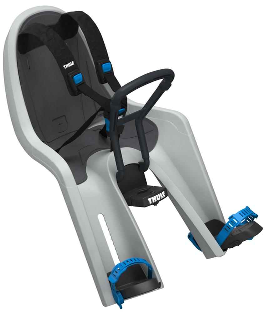 Детское велосипедное сидение на раму Thule Ride Along Mini, цвет: светло-серый100104Позволяет вашему ребенку взглянуть на мир по-новому! Это переднее сидение для ребенка с интуитивно-понятной конструкцией обеспечит вам и вашему ребенку безопасные и приятные поездки. Мягкие ремни безопасности с надежным регулируемым 5-точечным креплением обеспечивают максимальный комфорт и безопасность для ребенка. Регулируемые одной рукой ремни и опоры для ног просты в использовании и регулируются по мере роста ребенка. Универсальная быстросъемная опора, которая подходит для нерегулируемого и регулируемого выноса руля, позволяет закреплять/снимать сиденье на вашем велосипеде за считанные секунды. Встроенный в универсальную быстросъемную опору индикатор безопасности гарантирует правильную установку сидения. Оснащенный защитой от детей ремень с большими кнопками быстро фиксирует ребенка. Во время езды ваш ребенок может держаться руками за мягкую поверхность руля. Съемная водонепроницаемая прокладка подходит для машинной стирки; прокладка двусторонняя, две стороны...