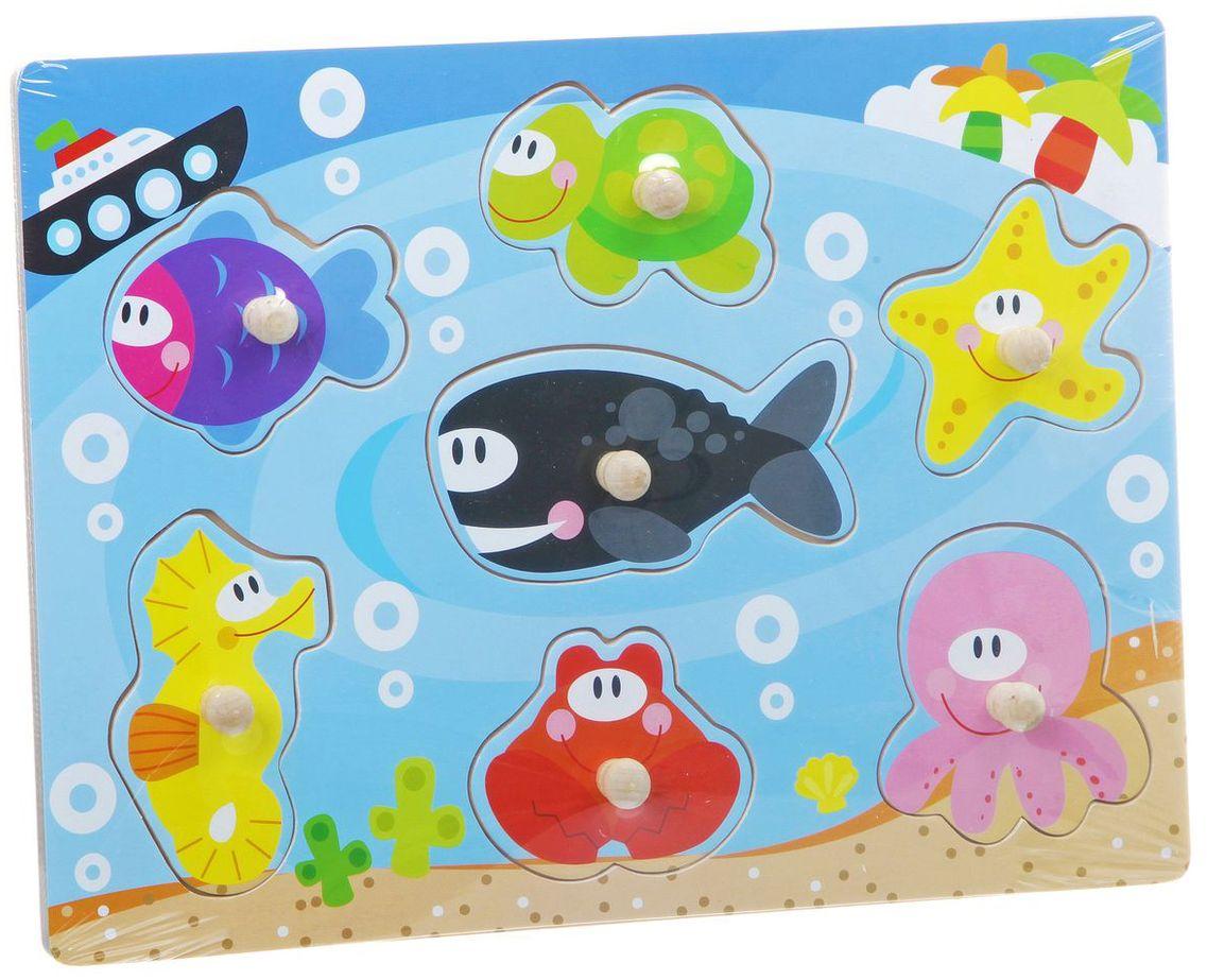 Bondibon Пазл для малышей Подводный мирВВ1500Рамка-вкладыш – одна из развивающих игрушек, которые совершенно необходимы каждому ребенку. Она позволяет развивать координацию и мелкую моторику рук малыша, расширяет знания ребенка о предметах и явлениях окружающего мира. Ребенок увидит, как выглядят подводные жители, сможет запомнить их наименования и научиться отличать их друг от друга. Такая игрушка оказывает замечательное влияние на развитие воображения, логического мышления и учит классифицировать предметы, определять на ощупь их форму. Игрушка изготовлена из древесины, которая является экологически чистым материалом, она безопасна и не токсична. В состав набора входит красочная деревянная основа и семь вкладышей, выполненных в форме подводных жителей.