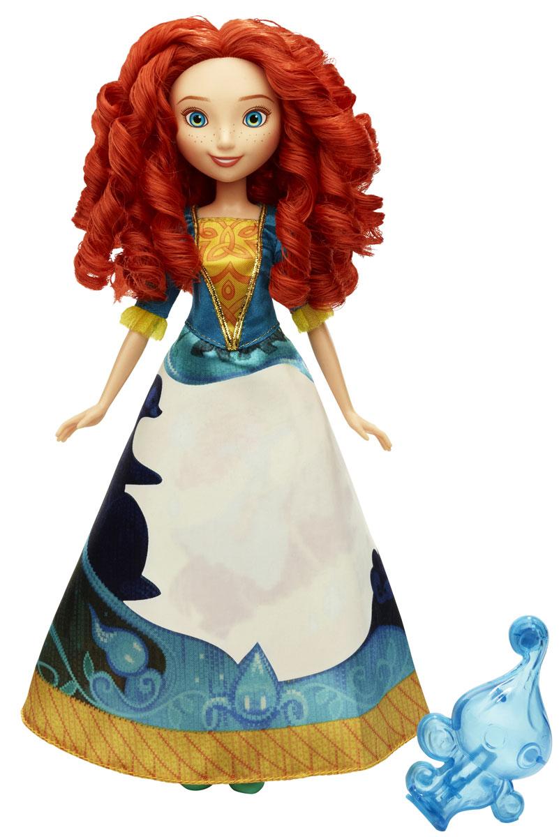 Disney Princess Кукла Мерида в юбке с проявляющимся принтомB5295EU4_B5301Мерида - главная героиня анимационного фильма Disney Храбрая сердцем. Она умна, отважна и упряма. Лицо рыжеволосой красавицы усыпано веснушками, пышные волосы завиты и уложены в элегантные, кудрявые локоны. Мерида одета в изящное платье, отличительной особенностью которого является проявляющийся принт: если намочить юбку (для этого в комплект входит специальный аксессуар в виде причудливого сосуда), на ней можно будет увидеть потрясающий узор - Мерида скачет верхом на стремительном коне и целится из лука. Пара изящных голубых туфелек гармонично дополняют элегантный образ принцессы. Благодаря играм с куклой, ваша малышка сможет развить фантазию и любознательность, овладеть навыками общения и научиться ответственности. Порадуйте свою малышку таким прекрасным подарком!