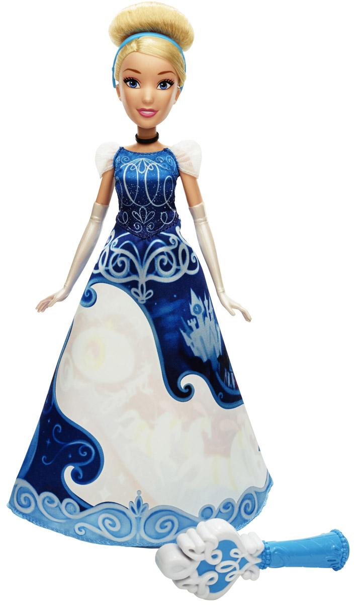 Disney Princess Кукла Золушка в юбке с проявляющимся принтомB5295EU4_B5299Уникальная кукла Disney Princess Золушка понравится всем поклонницам диснеевских принцесс. Ее отличительной особенностью является эксклюзивное платье - на роскошной пышной юбке расположена белая область, которая довольно гармонично вписывается в дизайн наряда. Однако если намочить ее с помощью специального аксессуара, который входит в комплект - проявится потрясающей красоты принт: на фоне ночного звездного неба стремительно мчится сказочная карета, запряженная в тройку коней. Пышные волосы красавицы собраны в стильную изящную прическу с голубым ободком, которую девочка сможет сменить по своему усмотрению. На руках Золушки - имитированные белоснежные перчатки. Руки и ноги куклы подвижны, что позволит сделать игру еще более реалистичной и интересной. Кукла станет отличным подарком для юных поклонниц мультфильмов Disney, а также просто для любителей красивых и качественных игрушек.