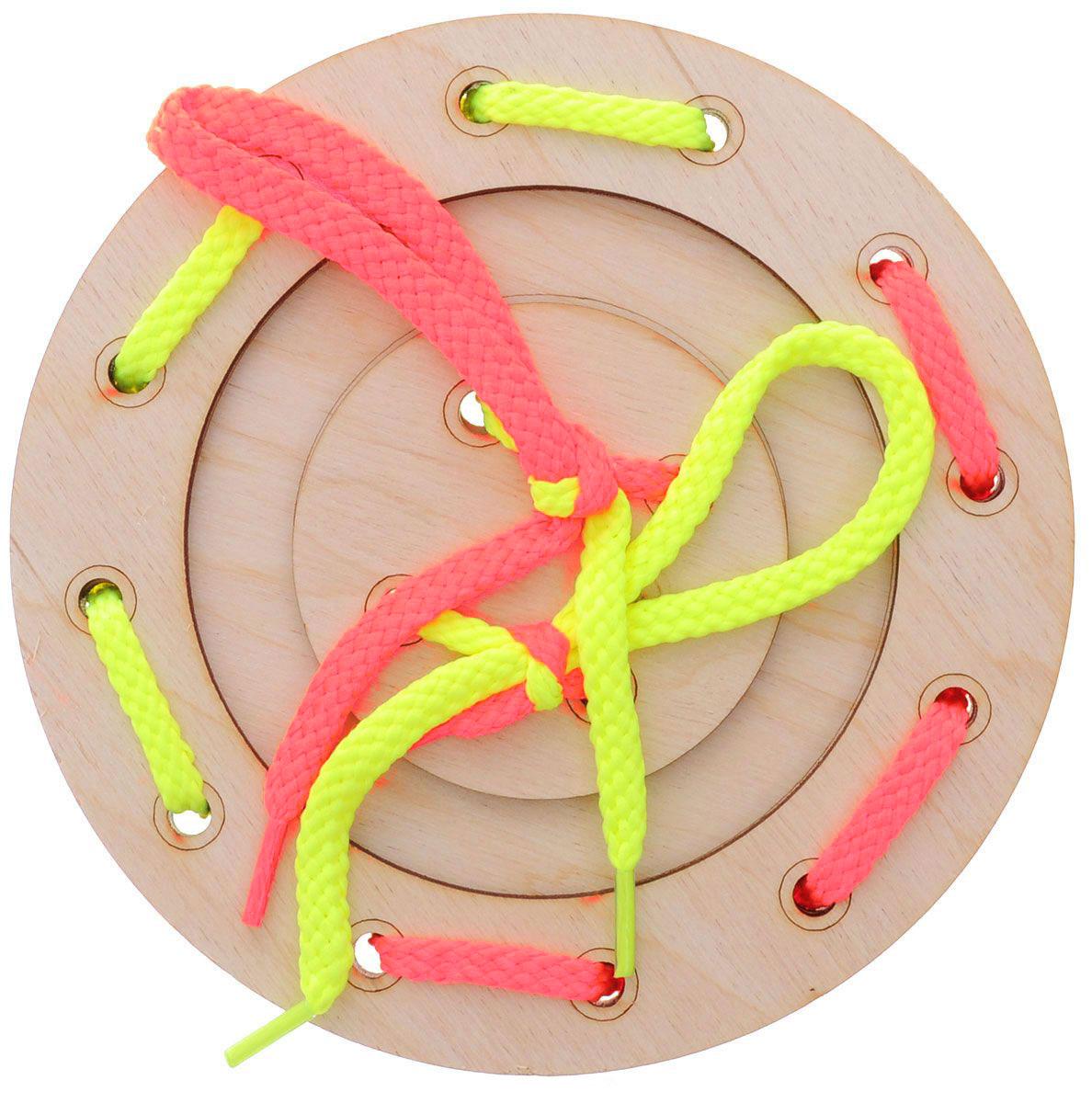 Мастер Вуд Игра-шнуровка Пуговичка цвет желтый розовыйДШ-1_желтый, розовыйИгра-шнуровка Пуговичка - яркая и несложная игрушка, которая очень понравится вашему малышу. Она выполнена из дерева лиственных пород в виде пуговки, состоящей из трех элементов. Задача малыша - продеть два шнурка разных цветов в отверстия основы, собрав пуговку. Игрушка-шнуровка развивает воображение, пространственное мышление, координацию движений, ловкость, положительно влияет на эмоциональное состояние ребенка и его настроение.
