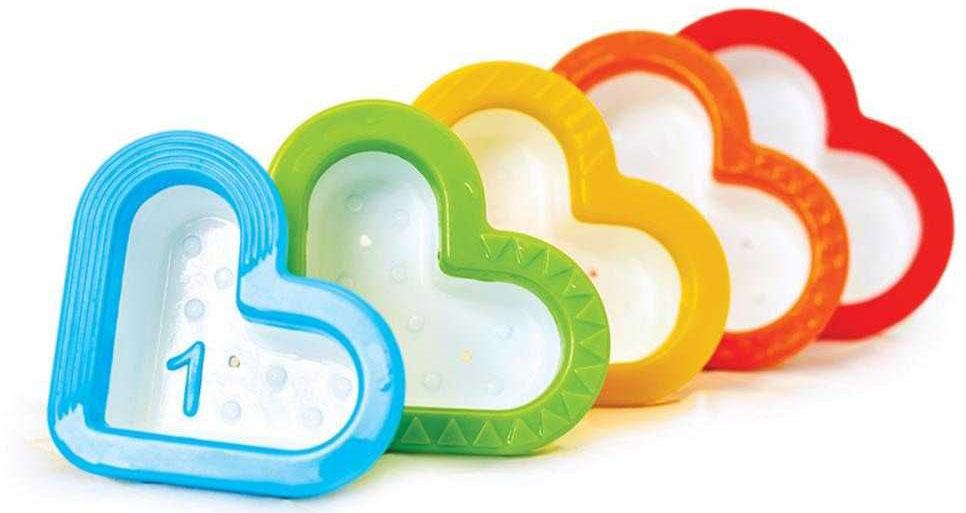 Munchkin Игрушка для ванной Сердечки12312Игрушки для ванны Munchkin Сердечки Симпатичные чашечки-сито непременно придутся по сердцу Вашему малышу, ведь в них можно наливать и просеивать водичку во время купания, а также складывать их друг в друга, изучая разноцветные фактурные края. - в комплекте 5 формочек-сердечек, ;складывающихся друг в друга - игрушка;позволяет наливать и просеивать воду - мягкие края формочек безопасны для малыша - каждая формочка пронумерована: можно учить цифры прямо во время игры! - компактное хранение - способствует развитию мелкой моторики, логического мышления, дает малышу первые представления о цветах и свойствах предметов - подходит для детей с 6-ти месяцев Миссия Munchkin, американской компании с 20-летней историей: избавить мир от надоевших и прозаических товаров, искать умные инновационные решения, которые превращает обыденные задачи в опыт, приносящий удовольствие. Понимая, что наибольшее значение в быту имеют именно мелочи, компания создает уникальные товары, которые помогают...