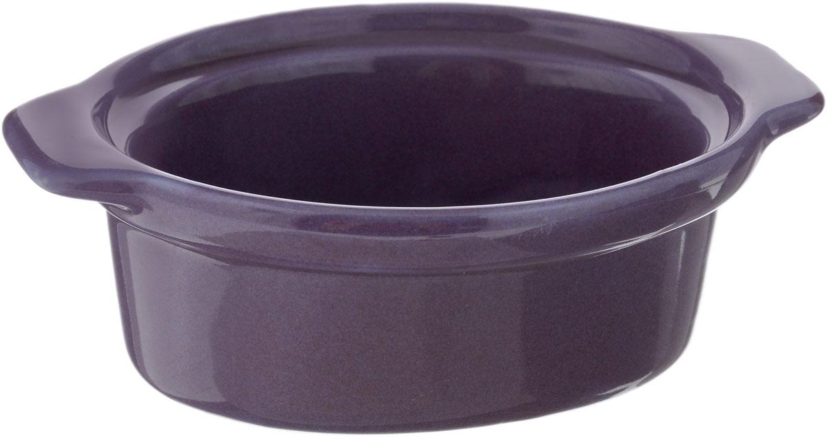 Форма для запекания Calve, овальная, цвет: фиолетовый, 13,5 х 9,5 см14-258_фиолетовыйНи для кого не секрет, что у настоящей хозяйки красивая посуда не только та, в которой она подает свои блюда, но и та, в которой она готовит. Форма для запекания Calve выполнена из жаропрочной керамики и оснащена ручками. Керамическая форма для запекания имеет целый ряд преимуществ: ее можно использовать в духовке, конвекционной и микроволновой печи, однако ее нельзя ставить на открытый огонь. Во время процесса приготовления посуда из керамики впитывает лишнюю влагу из продукта и хранит тепло. Такая форма подойдет для хранения блюда в холодильнике и морозильной камере. Продукты из холодильника в ней будут оставаться холодными еще долго - это связано с медленной теплоотдачей глины. Приятный глазу дизайн и отменное качество формы будут долго радовать вас, а угощения, приготовленные в этом блюде - ваших гостей. Размер формы (без учета ручек): 9,5 х 7,5 см. Размер формы (с учетом ручек): 13,5 х 9,5 см. Высота формы: 4,5 см....
