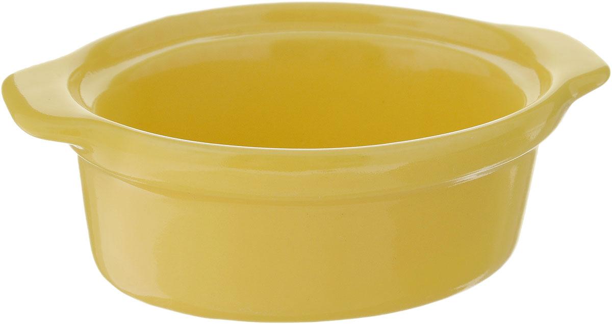 Форма для запекания Calve, овальная, цвет: желтый, 13,5 х 9,5 см14-258_желтыйНи для кого не секрет, что у настоящей хозяйки красивая посуда не только та, в которой она подает свои блюда, но и та, в которой она готовит. Форма для запекания Calve выполнена из жаропрочной керамики и оснащена ручками. Керамическая форма для запекания имеет целый ряд преимуществ: ее можно использовать в духовке, конвекционной и микроволновой печи, однако ее нельзя ставить на открытый огонь. Во время процесса приготовления посуда из керамики впитывает лишнюю влагу из продукта и хранит тепло. Такая форма подойдет для хранения блюда в холодильнике и морозильной камере. Продукты из холодильника в ней будут оставаться холодными еще долго - это связано с медленной теплоотдачей глины. Приятный глазу дизайн и отменное качество формы будут долго радовать вас, а угощения, приготовленные в этом блюде - ваших гостей. Размер формы (без учета ручек): 9,5 х 7,5 см. Размер формы (с учетом ручек): 13,5 х 9,5 см. Высота формы: 4,5 см. ...
