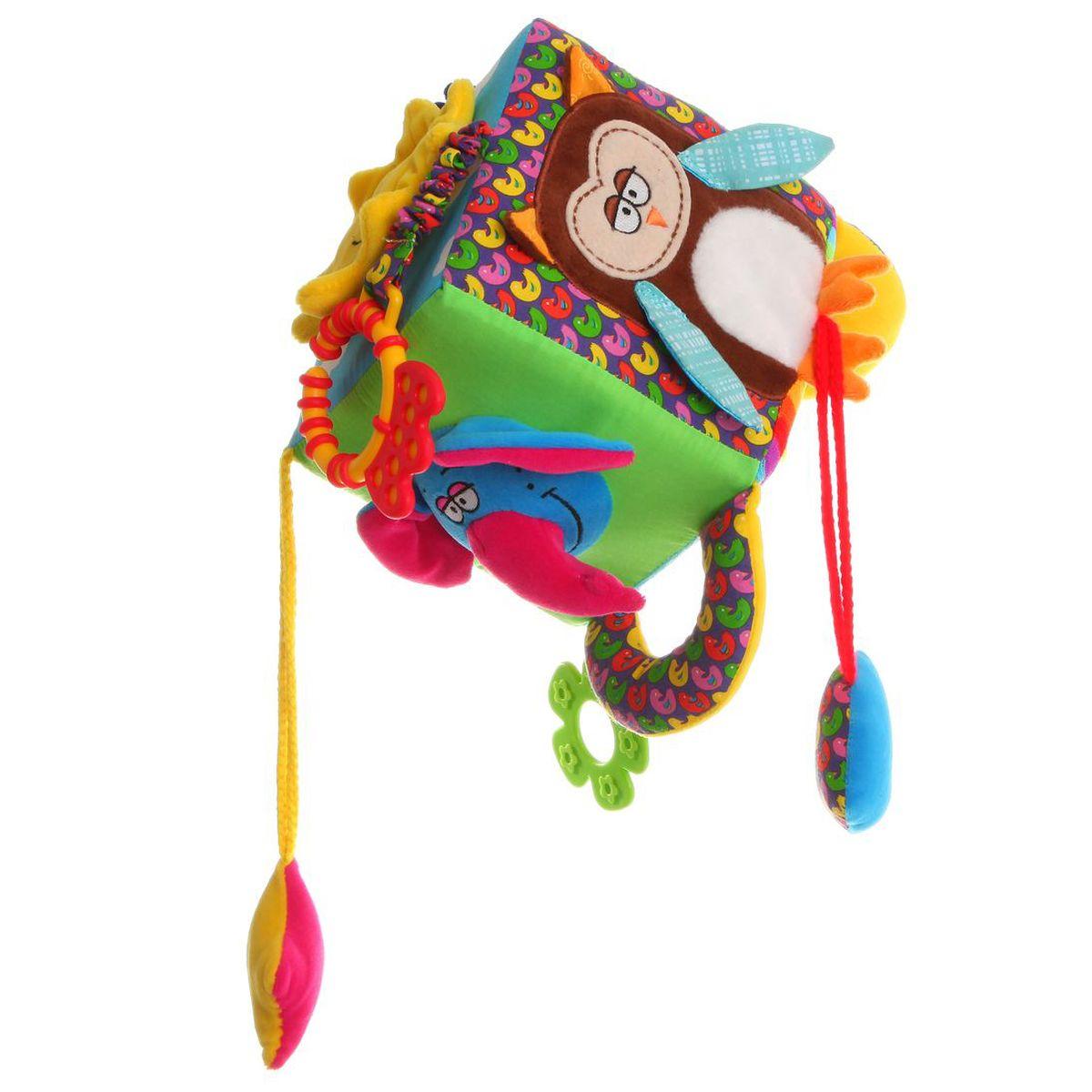 Bondibon Мягкая развивающая игрушка КубВВ1279Мягкие развивающие игрушки, детали которых выполнены из безопасных материалов, являются первыми учителями детей. Именно такие игрушки расскажут малышам об окружающем мире. Они развивают зрение, слух, и передают малышами их первые тактильные ощущения. Подвесная игрушка куб на каждой своей плоскости имеет определенное изображение: солнышко, слон и сова издают шелестящие звуки, подвесное сердечко умеет пищать. На одной из граней куба расположены зеркало и прорезыватель для зубов, выполненные из качественных и безопасных материалов.