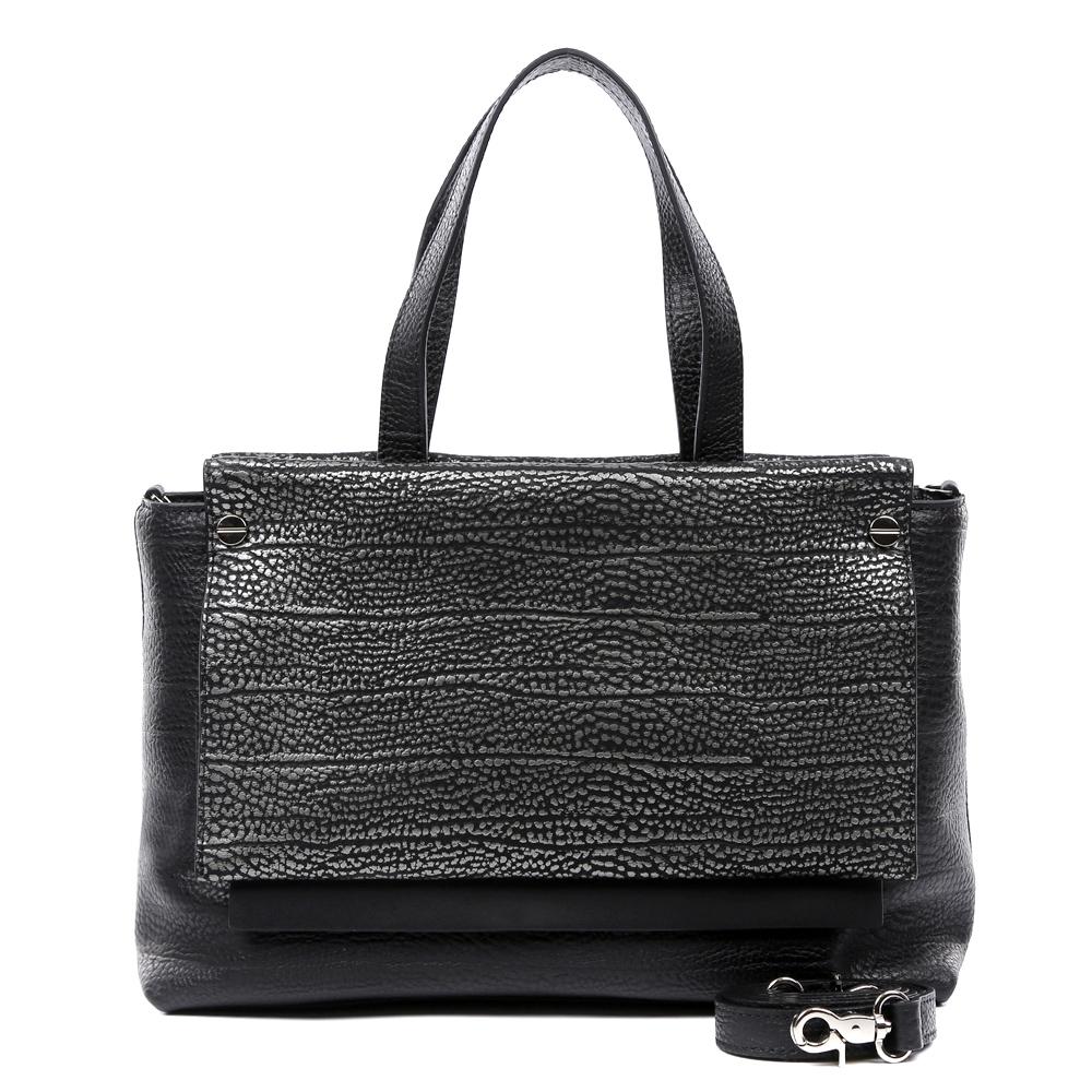 Сумка женская Leo Ventoni, цвет: черный, серебристый. 2300444123004441-nero/silverРоскошная и изысканная сумка от итальянского бренда Leo Ventoni выполнена из натуральной кожи, которая держит форму и имеет невероятно мягкую фактуру. Классический черный в сочетании с яркой серебряной отделкой придадут вашему образу нотки изысканности, а также подчеркнут ваш неповторимый стиль. Сумка имеет одно вместительное отделение, которое закрывается на прочную застежку. Внутри сумки вы с легкостью сможете расположить свой сотовый телефон и другие женские мелочи с помощью удобных и вместительных карманов. Модель очень компактна и не вмещает формат A4. В комплекте имеется наплечный ремень, с помощью которого аксессуар можно носить на плече.