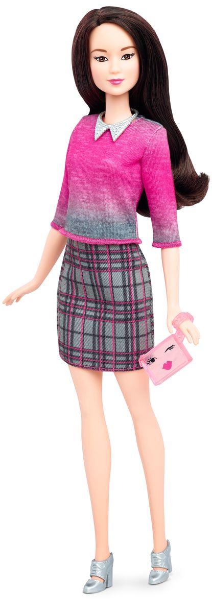 Barbie Кукла с набором одежды Chic With & FashionsDTD96_DTD99Кукла Barbie с набором одежды - это бескрайние возможности для придумывания захватывающих историй! Всего несколько украшений позволяют создать множество образов! Куколка с длинными темными волосами очень любит наряжаться. На Барби платье в розово-серых цветах, на ногах - серые туфли на каблуках. Не нравится? Переоденьте ее! В наборе имеется дополнительная одежда: элегантное платье с черным верхом и прямой юбкой розового цвета и платье розово-синего цвета с накидкой поверх. Барби может взять либо розовую, либо синюю сумочку. В комплекте имеются также розовые босоножки на высоком каблуке и серое ожерелье. Теперь в кукольной одежде, обуви и аксессуарах еще больше разнообразия, подстегивающего воображение - детям понравится играть с модой! Одежду, созданную для кукол с фигурой одного типа, можно сочетать между собой. Некоторые вещи универсальны и подойдут всем куклам. Обувь без каблука подойдет куклам с плоскими стопами и тем, у которых ноги гнутся в голеностопе. Ваша...