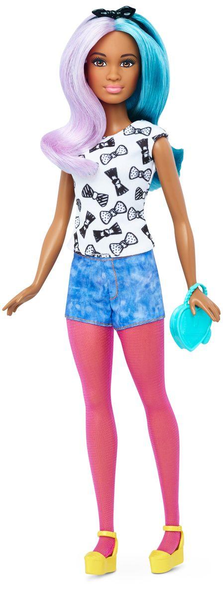 Barbie Кукла с набором одежды Blue Violet & FashionsDTD96_DTF05Кукла Barbie с набором одежды - это бескрайние возможности для придумывания захватывающих историй! Всего несколько украшений позволяют создать множество образов! Куколка с длинными сине-фиолетовыми волосами очень любит наряжаться. На Барби одета белая майка с черными бантиками, голубое шорты, розовые лосины и желтые туфли. Не нравится? Переоденьте ее! В наборе имеется дополнительная одежда: летнее желтое платье, синие брючки и розовая футболка. Барби может взять розовую сумочку на длинном ремешке или небольшой голубой клатч. В комплекте имеются также белые ботиночки и черный ободок с бантиком. Теперь в кукольной одежде, обуви и аксессуарах еще больше разнообразия, подстегивающего воображение - детям понравится играть с модой! Одежду, созданную для кукол с фигурой одного типа, можно сочетать между собой. Некоторые вещи универсальны и подойдут всем куклам. Обувь без каблука подойдет куклам с плоскими стопами и тем, у которых ноги гнутся в голеностопе. Ваша малышка...