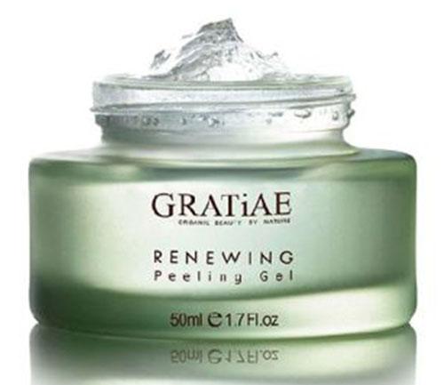 Gratiae Обновляющий пилинг-гель Reneweing Facial Peeling Gel, 50 мл00-00000147Нежный пилинг–гель для лица очищает кожу, придавая ей сияние молодости. Этот гель эффективно способствует сужению пор, удаляя мертвые клетки кожи и поглощая излишки жира. Он содержит натуральные растительные экстракты и термальную минеральную воду, которые способствуют обновлению кожи и освежают цвет лица.