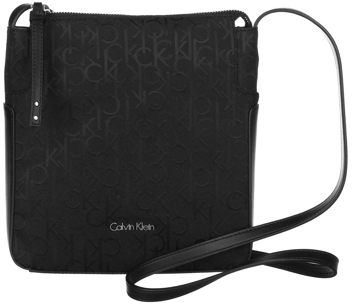 Сумка женская Calvin Klein Jeans, цвет: черный. K60K602236_0010K60K602236_0010Стильная сумка Calvin Klein не оставит вас равнодушной благодаря своему дизайну и практичности. Она изготовлена из качественного хлопка с элементами из искусственной кожи и оформлена фирменным принтом. Лицевая часть оформлена металлической пластинкой с названием бренда. Сумка оснащена удобным плечевым ремнем, длина которого регулируется с помощью пряжки. Изделие закрывается на удобную молнию. Внутри расположено главное отделение, которое содержит открытый накладной карман для мелочей. Такая удобная и модная сумка станет незаменимой вещью в вашем гардеробе.