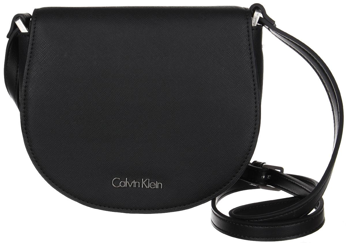 Сумка женская Calvin Klein Jeans, цвет: черный. K60K602148_0010K60K602148_0010Миниатюрная сумка Calvin Klein не оставит вас равнодушной благодаря своему дизайну. Она изготовлена из ПВХ и оформлена металлической пластинкой с названием бренда. Сумка оснащена удобным плечевым ремнем, длина которого регулируется с помощью пряжки. Изделие закрывается клапаном на магниты. Внутри расположено отделение, которое содержит один открытый накладной карман. Такая стильная сумка подчеркнет ваш неповторимый образ и займет достойное место в вашем гардеробе.