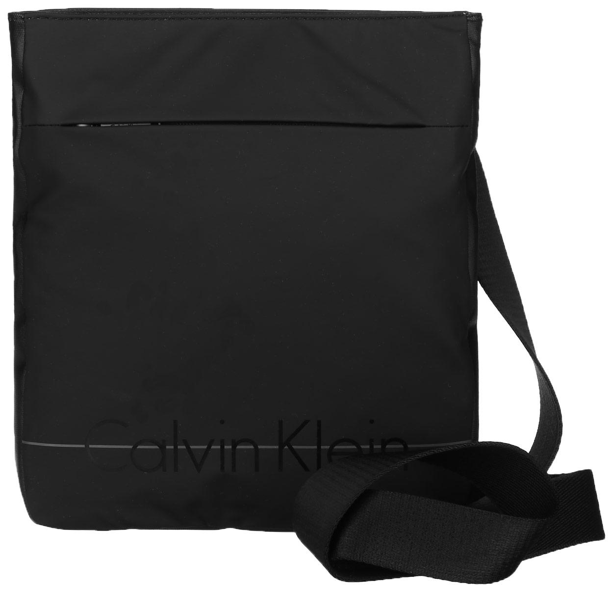 Сумка мужская Calvin Klein Jeans, цвет: черный. K50K502044_0010K50K502044_0010Стильная сумка Calvin Klein не оставит вас равнодушным благодаря своему дизайну. Она изготовлена из качественного полиуретана и оформлена надписью с названием бренда. На лицевой стороне расположен вшитый карман на молнии. Тыльная сторона дополнена текстильной противоударной вставкой. Сумка оснащена удобным плечевым ремнем, длину которого можно регулировать с помощью пряжки. Изделие закрывается на удобную молнию. Внутри расположено главное отделение, которое содержит один открытый накладной карман. Такая сумка станет незаменимой вещью в вашем гардеробе.