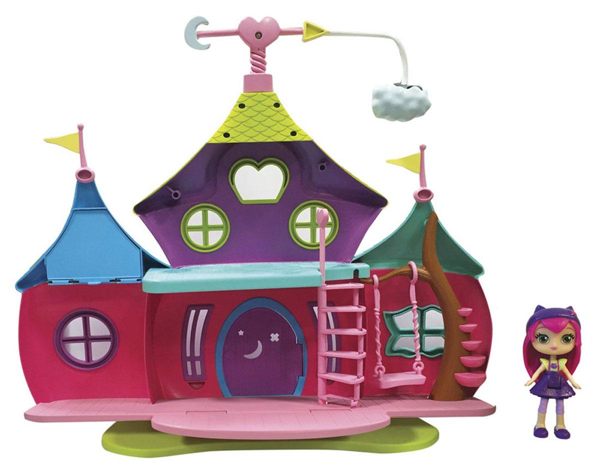 Little Charmers Игровой набор с мини-куклой Волшебный домик71726Игровой набор с мини-куклой Little Charmers Волшебный домик - игрушка по мотивам мультфильма Маленькие волшебницы. В мультфильме речь идет о трех подружках-чародейках, которые еще только постигают азы искусства волшебства. Конечно же, они еще новички в этом, поэтому иногда допускают ошибки. В результате девочкам приходится сталкиваться с различными трудностями - их ждут увлекательные, но в то же время опасные приключения! Очаровательный кукольный домик выглядит ярко и очень эффектно. У него два этажа, имеется лестница и подвесные качели. Также имеется котел, в котором варится волшебное зелье. В комплект также входит мини-кукла - одна из главных героинь мультфильма - Hazel. Кроме того, в набор включен лист с наклейками, ими можно декорировать дом по своему усмотрению.