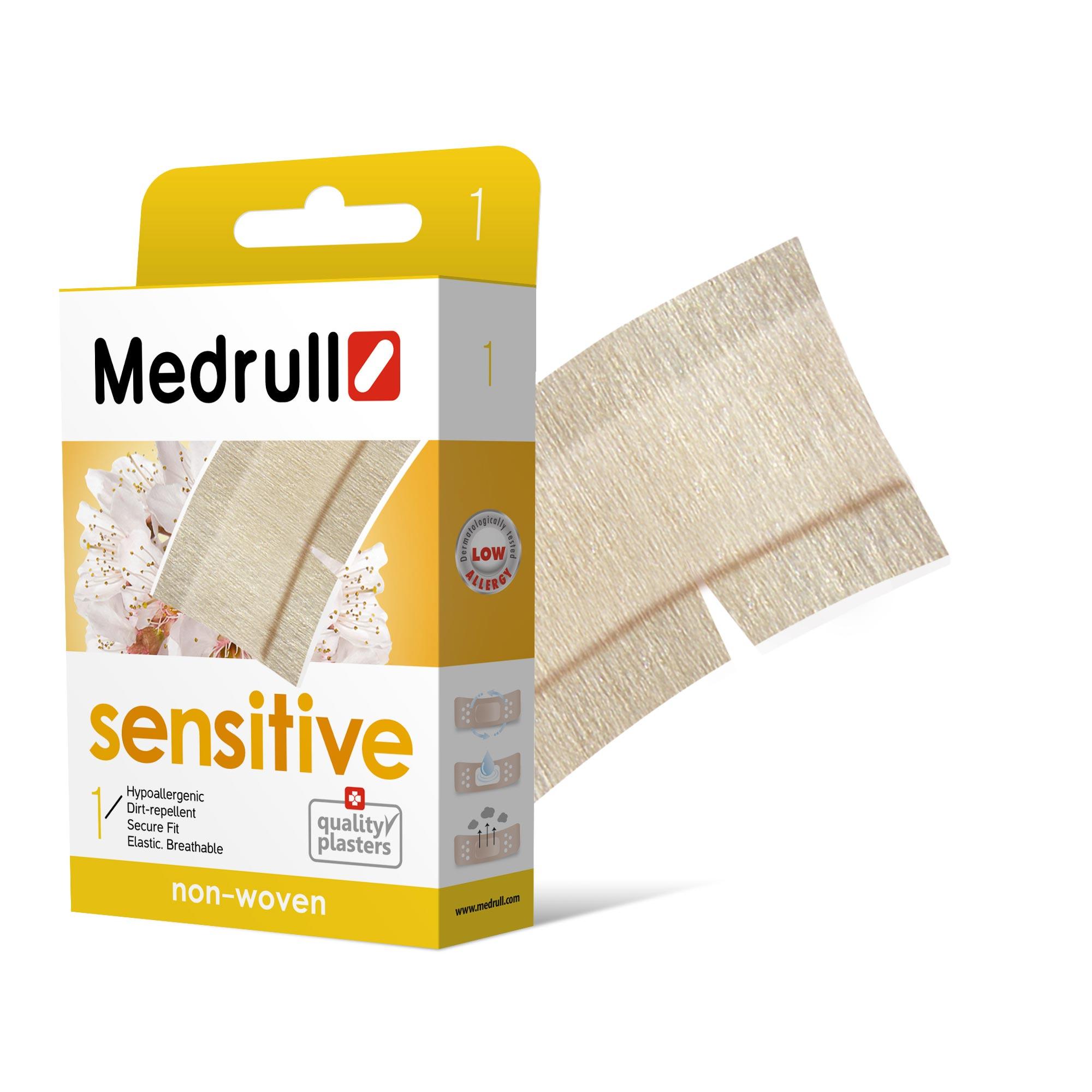 Medrull Пластырь Sensitive, размер 50 см x 6 см, №14742225004574Гипоаллергенные пластыри, предназначены для людей, кожа которых чувствительна к факторам окружающей среды. Изготовлены из тонкого, нетканного, приятного для кожи материала. Cостав материала - 100% нетканный полиэстр. Не рекомендован при чувствительности кожи к составу материала данного пластыря. Свойства пластыря: гипоаллергенные, грязенепроницаемые, эластичные, дышащие, плотно прилегающие. Абсорбирующая подушечка изготовлена из вискозы и обладает высокой впитываемостью. Верхняя часть подушечки обработана полипропиленом, что защищает от вероятности прилипания пластыря к поврежденной поверхности кожи.