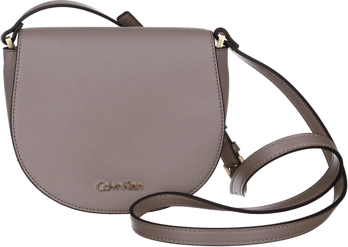 Сумка женская Calvin Klein Jeans, цвет: капучино. K60K602148_0940K60K602148_0940Миниатюрная сумка Calvin Klein не оставит вас равнодушной благодаря своему дизайну. Она изготовлена из ПВХ и оформлена металлической пластинкой с названием бренда. Сумка оснащена удобным плечевым ремнем, длина которого регулируется с помощью пряжки. Изделие закрывается клапаном на магниты. Внутри расположено отделение, которое содержит один открытый накладной карман. Такая стильная сумка подчеркнет ваш неповторимый образ и займет достойное место в вашем гардеробе.
