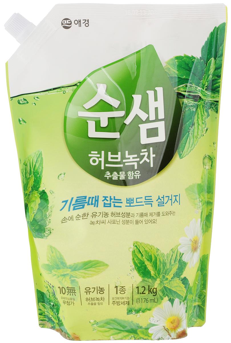 Средство для мытья посуды Soonsaem Зеленый чай, 1,2 л903025Моющее средство Soonsaem Зеленый чай обладает очищающим эффектом благодаря содержанию природных очищающих компонентов. Благодаря системе «Эко-Мульти ПАВ» с сапонинами зеленого чая, средство превосходно справляется со всеми загрязнениями, в том числе с застывшим жиром. Зеленый чай и тщательно подобранные травы защищают кожу рук, воздействуют на нее успокаивающе, удаляют жир с посуды, а молочко бамбука увлажняет кожу после мытья посуды. Благодаря специальной системе (отсутствие в составе антисептического средства, отсутствие красящего вещества и фосфорной кислоты) средство безопасно для человека и окружающей среды. Моющее средство можно использовать для мытья овощей и фруктов, что является несомненным достоинством. Товар сертифицирован.