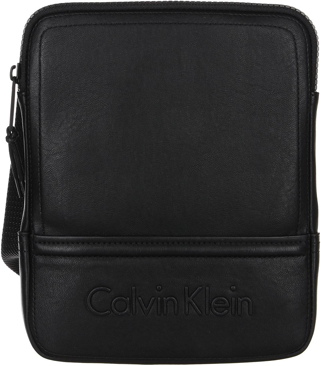 Сумка мужская Calvin Klein Jeans, цвет: черный. K50K502153_0010K50K502153_0010Стильная мужская сумка Calvin Klein не оставит вас равнодушным благодаря своему дизайну. Она изготовлена из качественной искусственной кожи и оформлена тиснением с названием бренда. Сумка оснащена удобным широким плечевым ремнем, длину которого можно регулировать с помощью пряжки. Изделие закрывается на удобную молнию. На тыльной стороне расположен накладной открытый карман для мелочей. Внутри расположено главное отделение, которое содержит удобный накладной карман. Такая модная и практичная сумка станет незаменимым аксессуаром в вашем гардеробе.