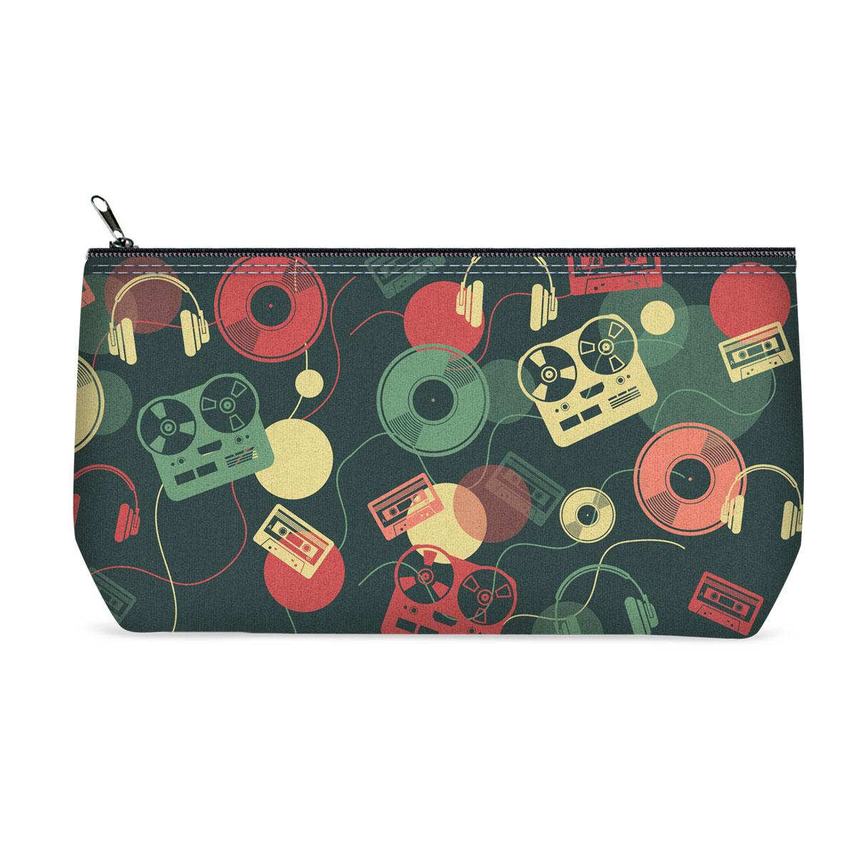 Косметичка ОРЗ-дизайн Диджей, цвет: темно-зеленый, красный. Орз-0361Орз-0361Косметичка Диджей - оригинальный и стильный аксессуар, который придется по душе истинным модникам и поклонникам интересного и необычного дизайна. Качественная сумочка выполнена из прочного текстиля, который надежно защитит ваши вещи от пыли и влаги, и оформлена оригинальным принтом. Рисунок нанесён специальным образом и защищён от стирания. Изделие идеально подходит для хранения косметики, таблеток, украшений, ключей, зарядных устройств, мобильного телефона или документов. Простая, но в то же время стильная косметичка определенно выделит своего обладателя из толпы и непременно поднимет настроение. А яркий современный дизайн, который является основной фишкой данной модели, будет радовать глаз.